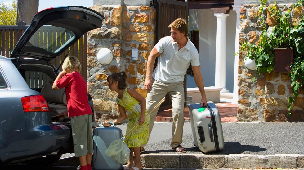 Resultado de imagen para persona  montando maletas a su carro