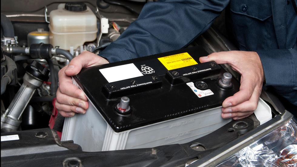 Así se limpian los bornes de la batería de tu coche