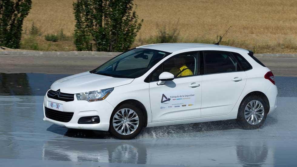 Cómo se comporta un coche con neumáticos, frenos y amortiguadores en mal estado. Vídeo