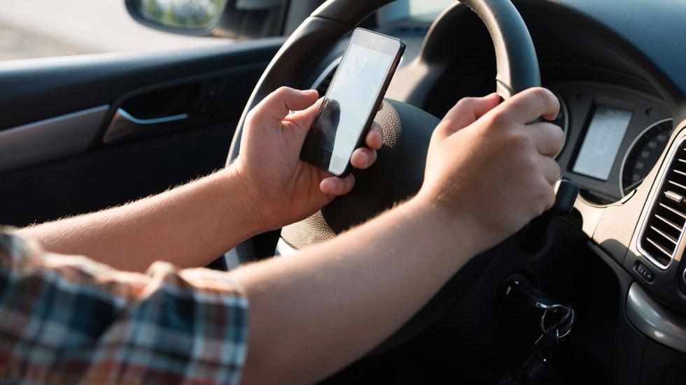 Pillan a un conductor de autobús usando el WhatsApp al volante
