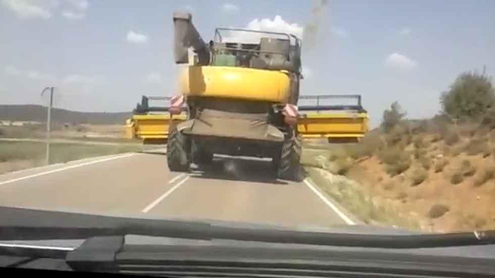 La cosechadora 'tumba señales de tráfico' (Vídeo)