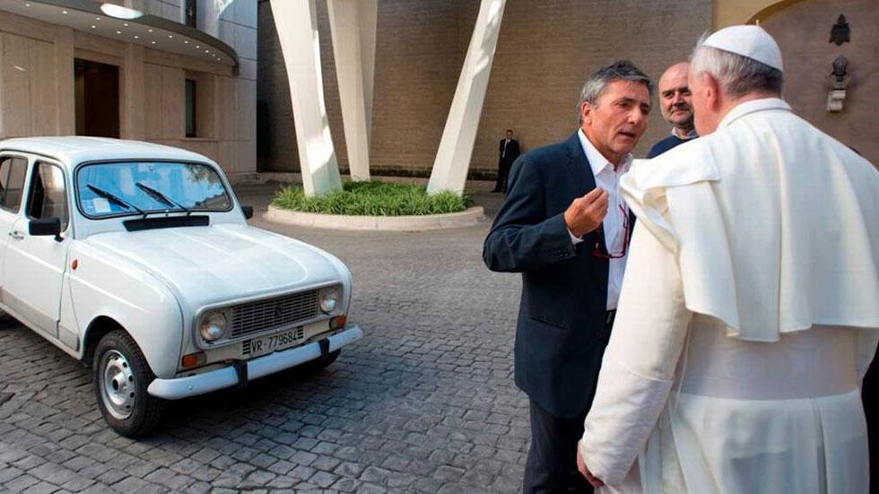 El papa Francisco conduce un '4 Latas'