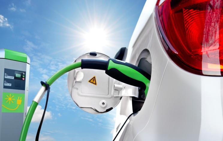 Endesa y Enel crean un poste de carga compatible para todos los eléctricos