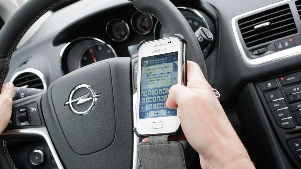 Enviar y leer mensajes mientras conduces, igual a ir bebido