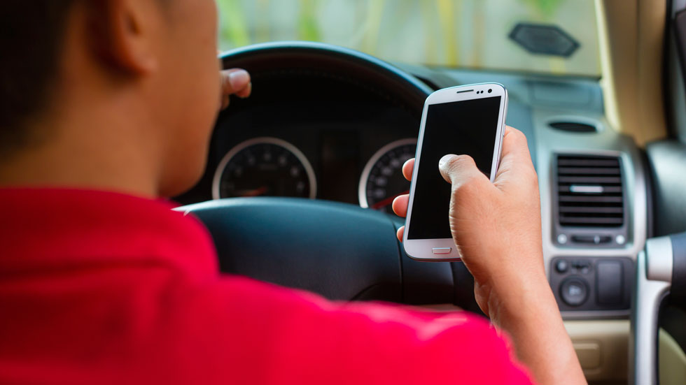 Los conductores jóvenes copian los malos hábitos de los padres