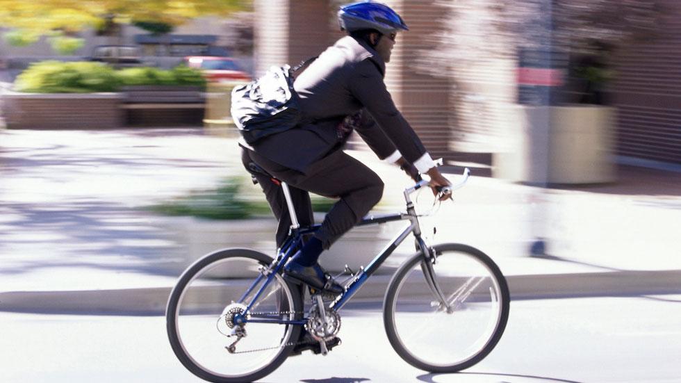 La mitad de los ciclistas muertos no llevaban casco