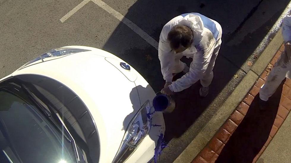 La pintura antimanchas del Nissan Leaf funciona. Vídeo