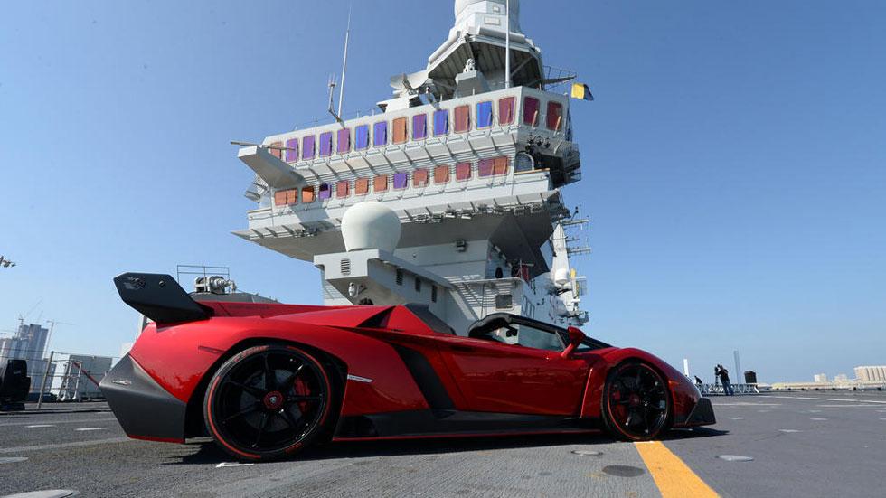 Lamborghini Veneno Roadster en un portaaviones: comienza la batalla