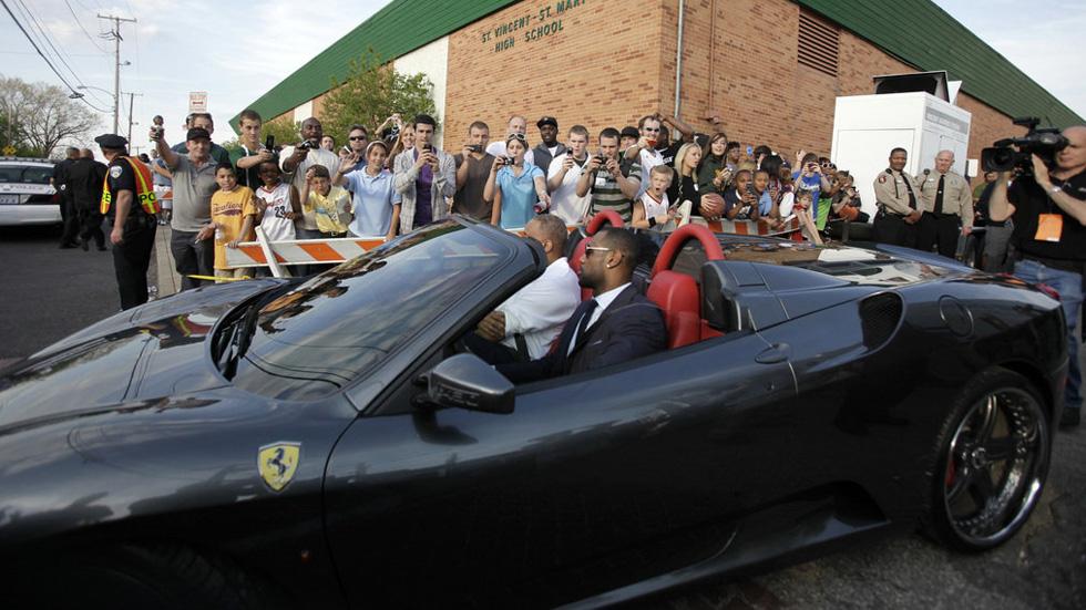 LeBron James y su harem de coches de lujo