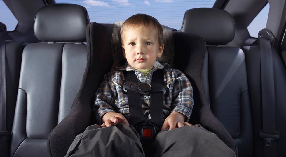 Los menores de edad de menos de 135 cm no podrán ir en el asiento delantero