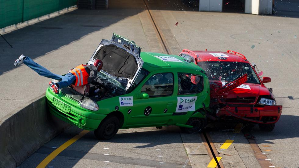Vídeo: las funestas consecuencias de reparar el coche en la calzada