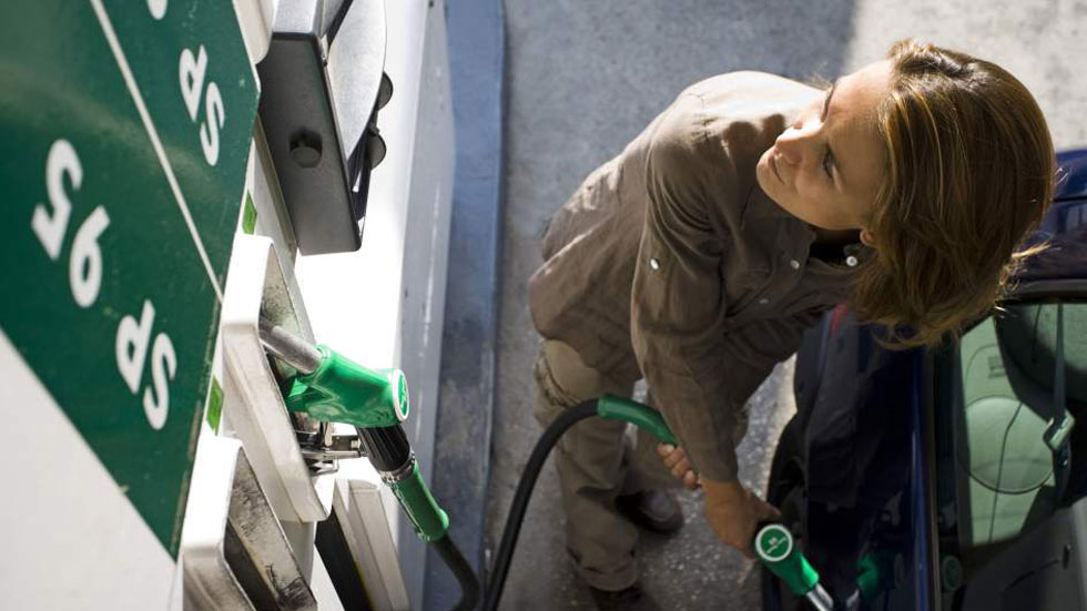 Los carburantes han reducido su precio entre un 2,33 y 2,46 por ciento