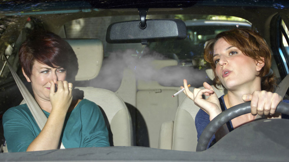 Reino Unido plantea prohibir fumar en coches con niños