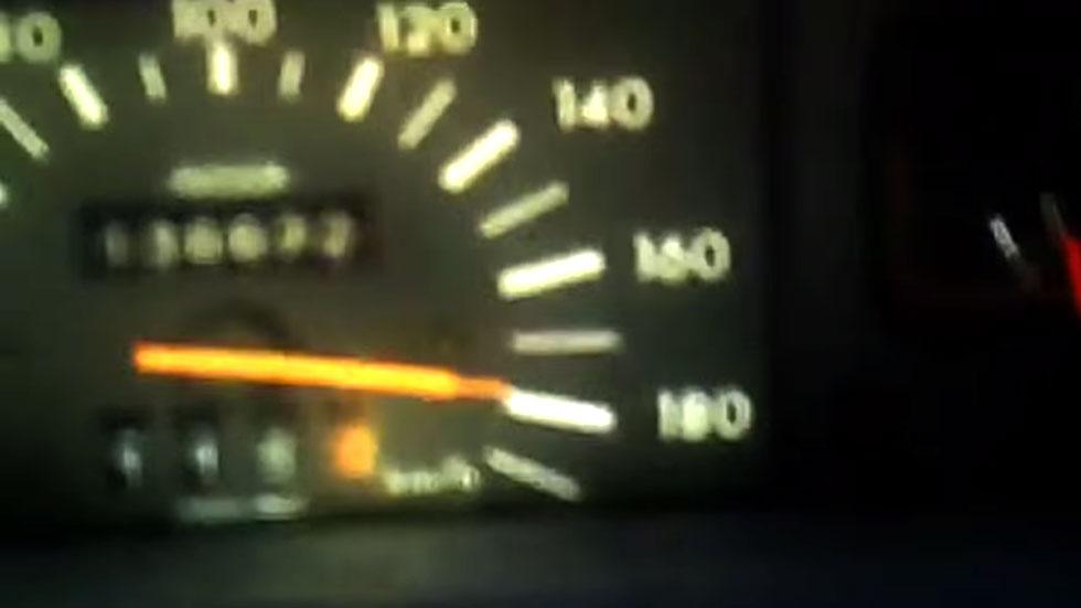 Se graba en vídeo mientras conduce a 190 km/h con su hijo de pie y sin cinturón