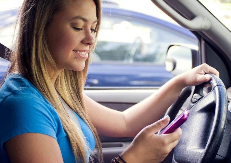 Contestar un SMS al volante, más peligroso que conducir bebido