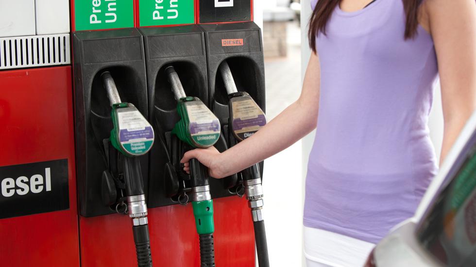 Sube el precio de los coches, baja el de las gasolinas