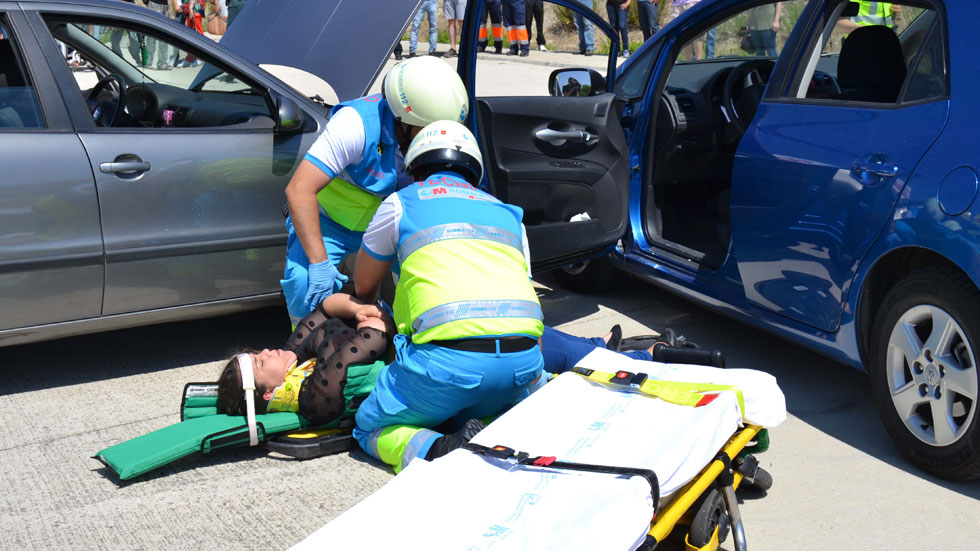 Un joven pierde un brazo al llevarlo fuera de la ventana del coche