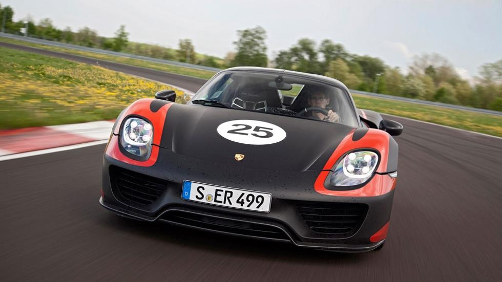 Un trabajador de Porsche se carga un prototipo de 800.000 euros