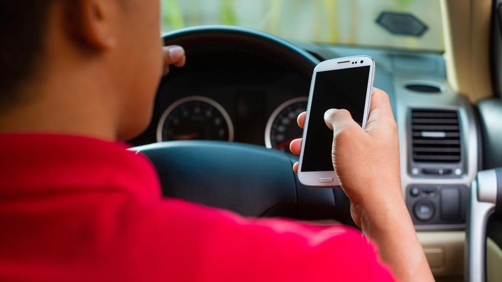 Uno de cada cuatro jóvenes usa el móvil al volante