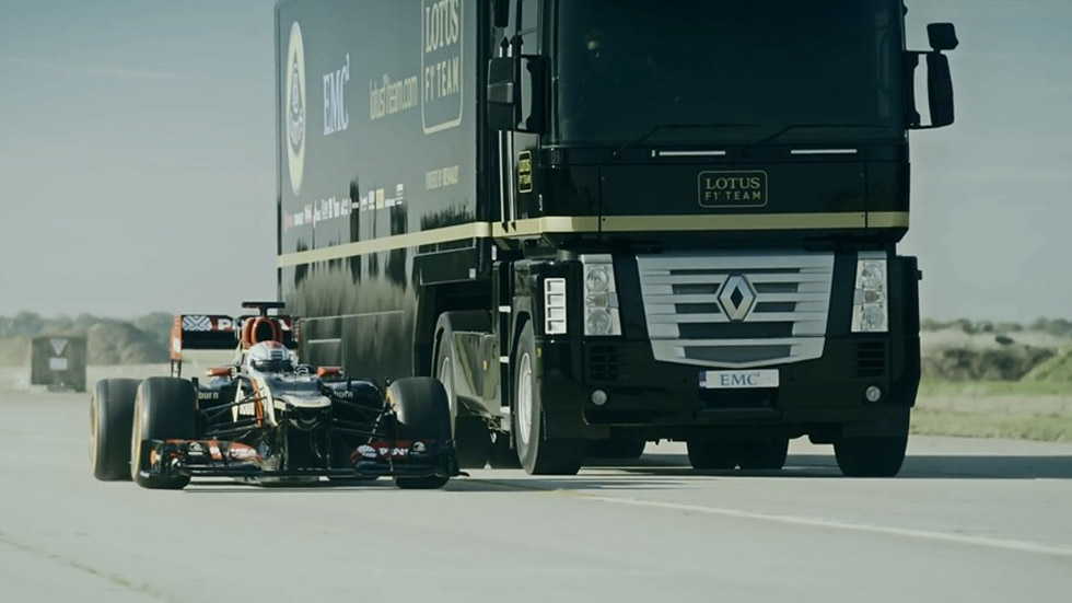 Vídeo: un camión salta sobre un monoplaza Lotus de Fórmula 1