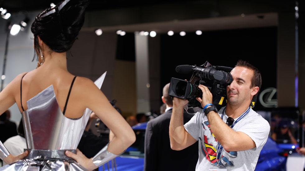 VIDEO y FOTOS de las chicas más guapas del Salón de París