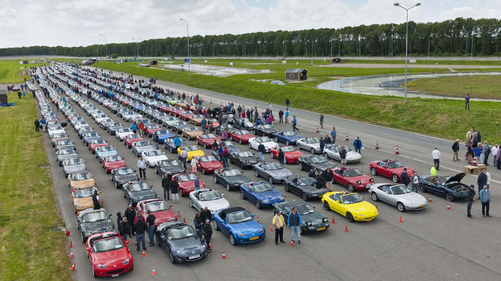 Vídeo: 683 Mazda MX-5 baten un récord Guinness