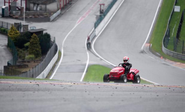 Vídeo: Monteiro pilota el cortacésped volador de Honda en Eau Rouge