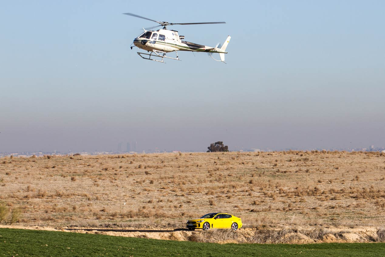 El Kia Stinger GT, en su duelo frente a un helicóptero