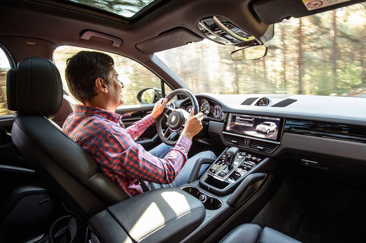 Híbridos enchufables y deportivos, comparamos al Porsche Cayenne E-Hybrid y el Range Rover Sport P400E