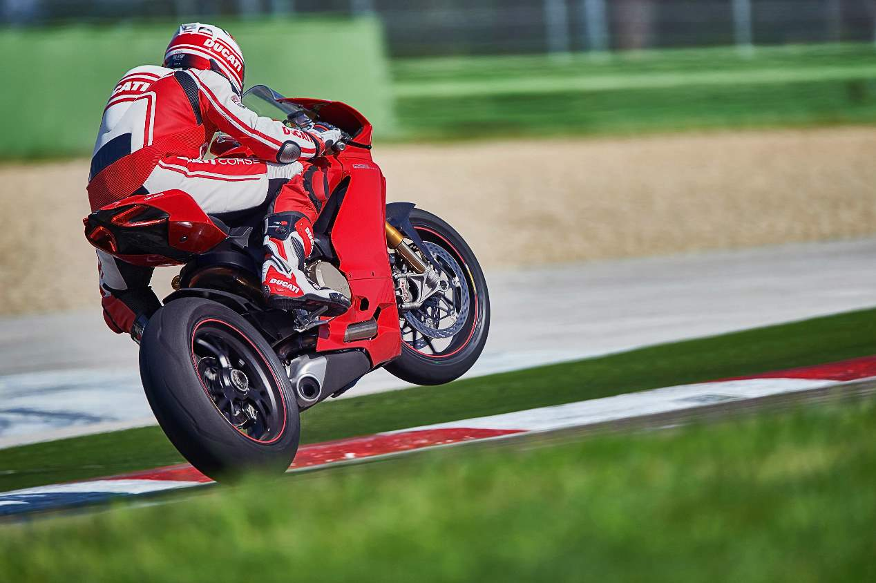 Audi e-tron GT vs Ducati Panigale V4 R: el duelo, en fotos