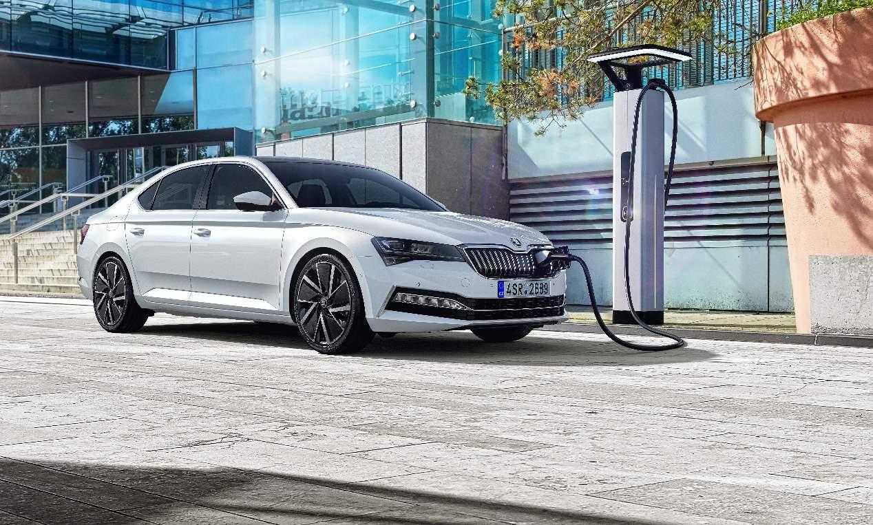 Skoda Superb iV 2019: primeras fotos oficiales de la nueva berlina híbrida enchufable