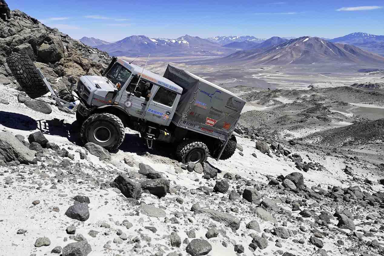 Dos Mercedes Unimog  U5023 baten el récord de altura de un camión