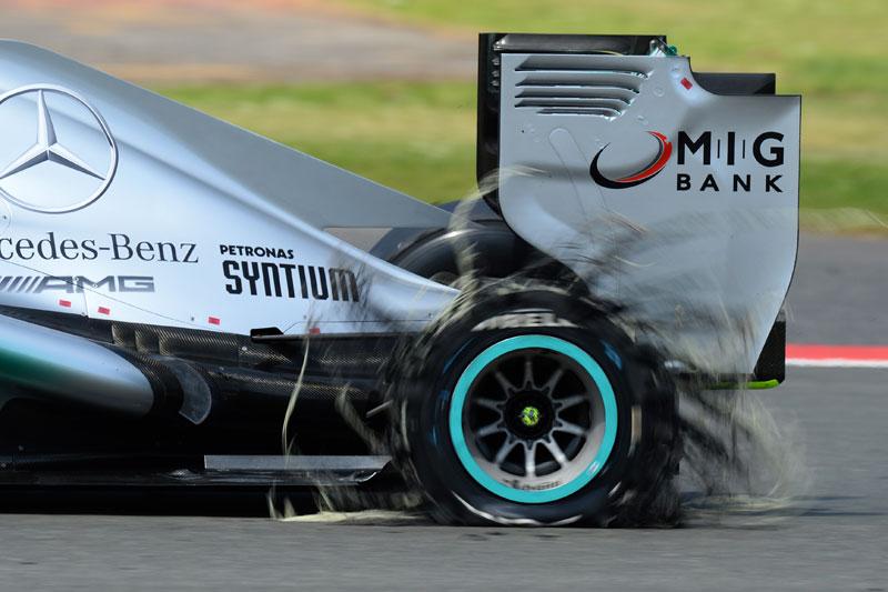 Pinchazo de Hamilton en Silverstone