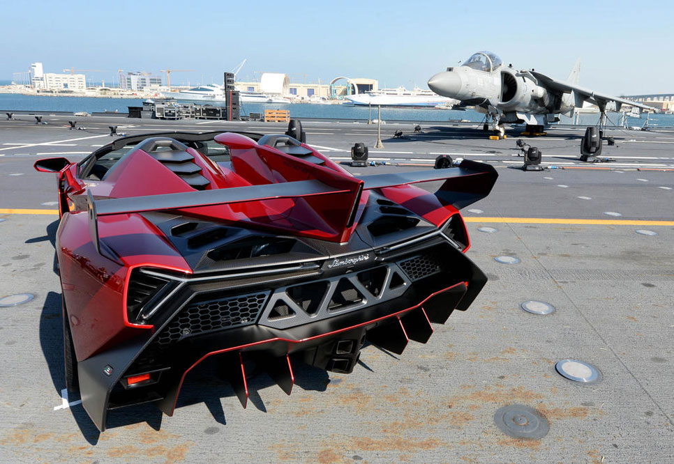 Lamborghini Veneno Roadster en un portaviones