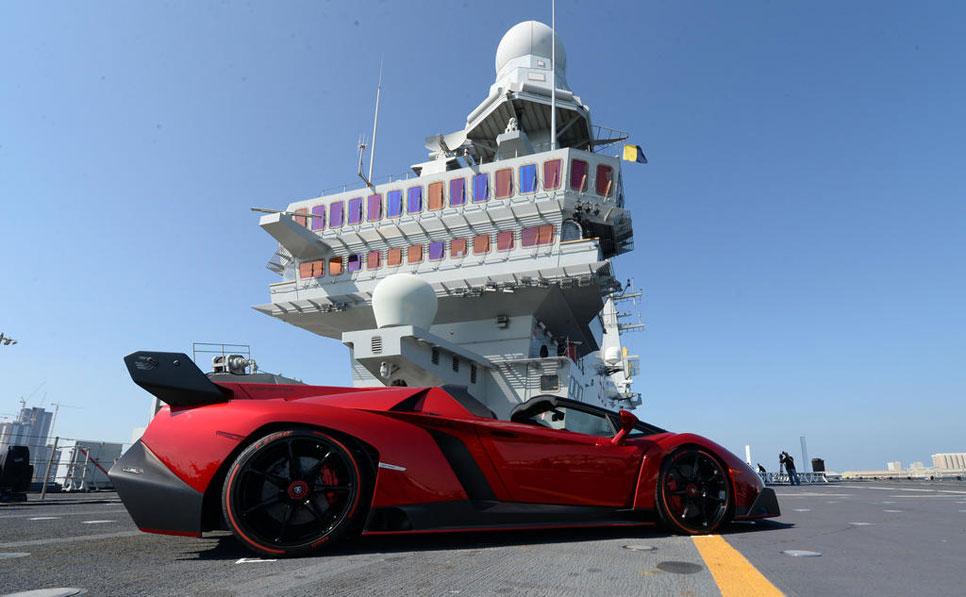 El Lamborghini Veneno Roadster se presenta en un portaaviones