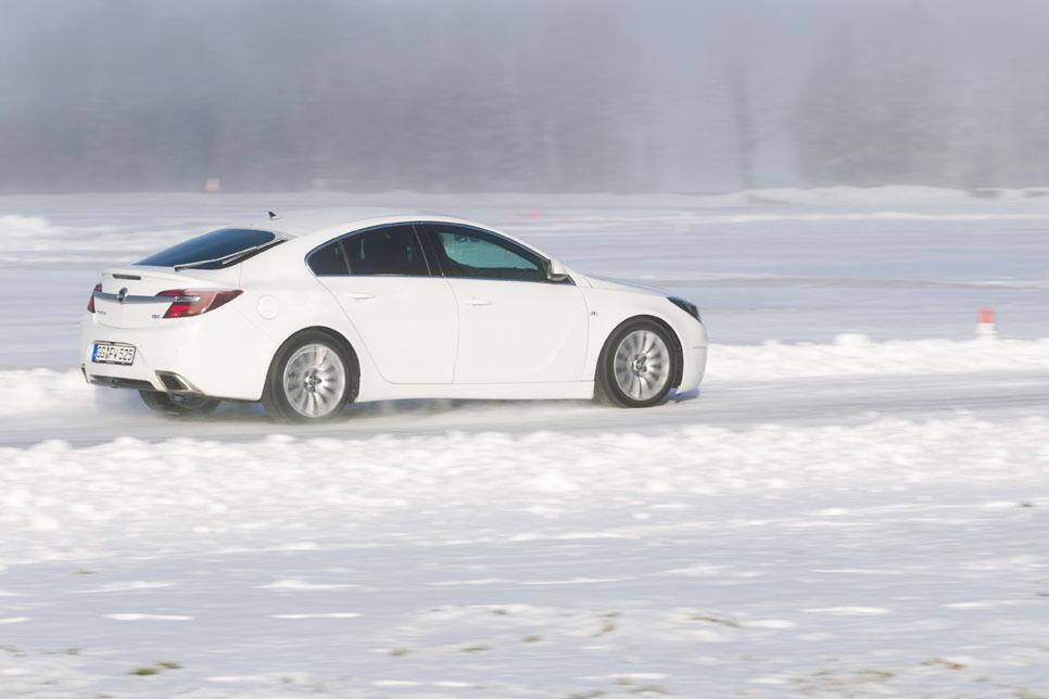 Al volante de los Opel tracción total sobre hielo