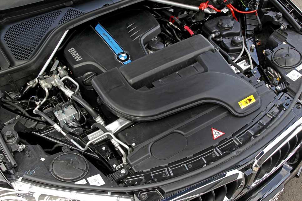 Motor de cuatro cilindros muy retrasado en el vano motor