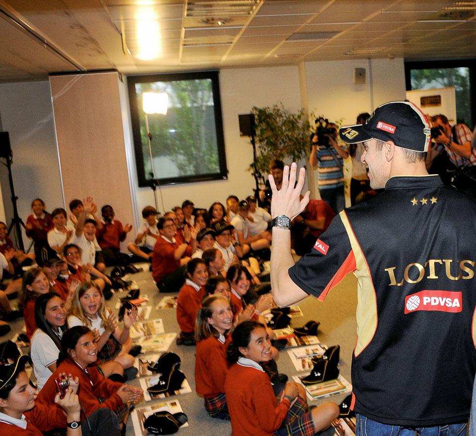 Pastor Maldonado, entrevistado por 100 chavales