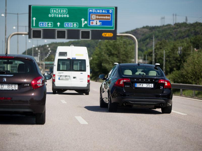 A bordo del coche que conduce solo de Volvo