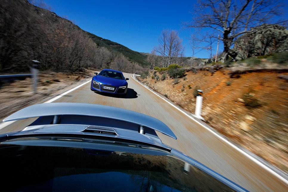 Audi R8 V10 Plus vs Porsche 911 Turbo S