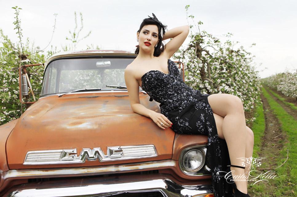Chicas y coches clásicos de calendario