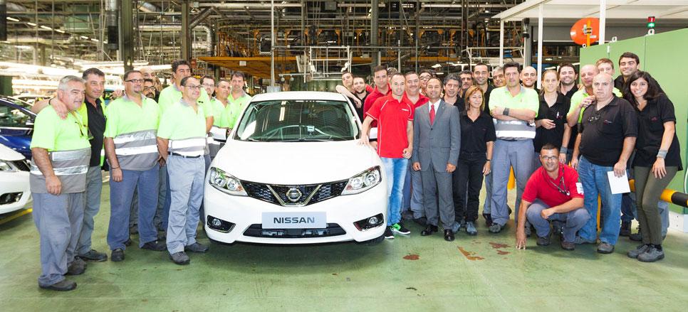 Iniesta, el primero en conducir el Nissan Pulsar
