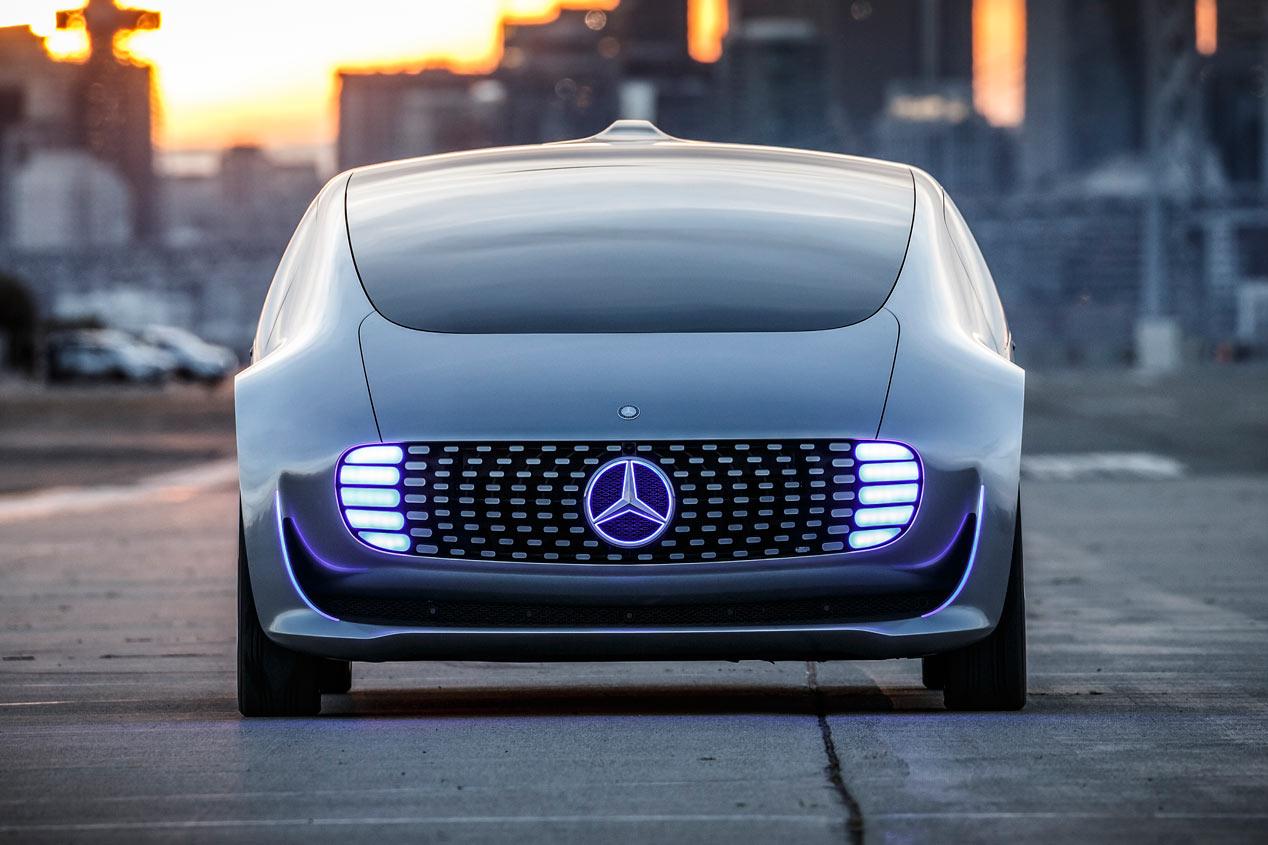 Contacto: Mercedes F015, conduce solo