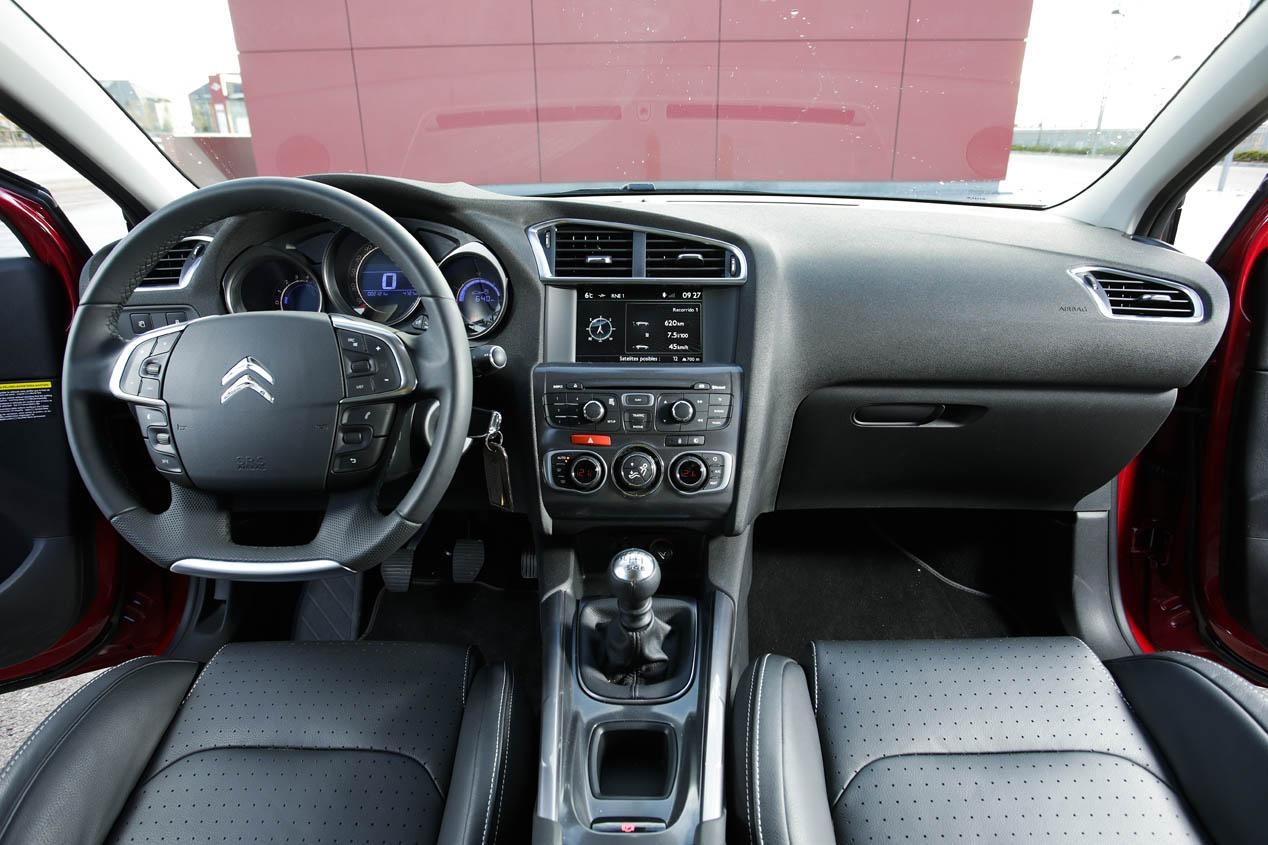 Citroën C4 PureTech 130 vs Renault Mégane TCe 130 y Toyota Auris Hybrid
