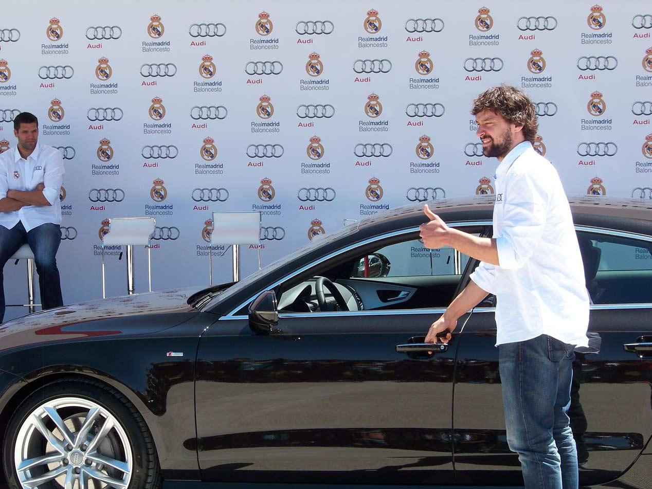 Los jugadores del Real Madrid de baloncesto reciben sus nuevos Audi A7