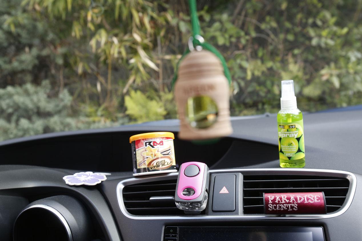 20 trucos caseros y baratos para limpiar el coche por for Limpiar cristales por fuera