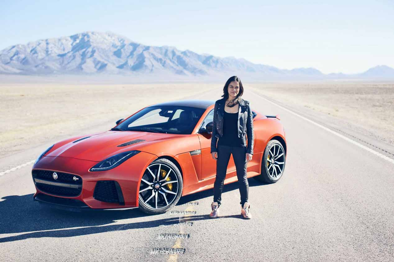 La actriz Michelle Rodríguez, a todo gas con el Jaguar F-Type SVR