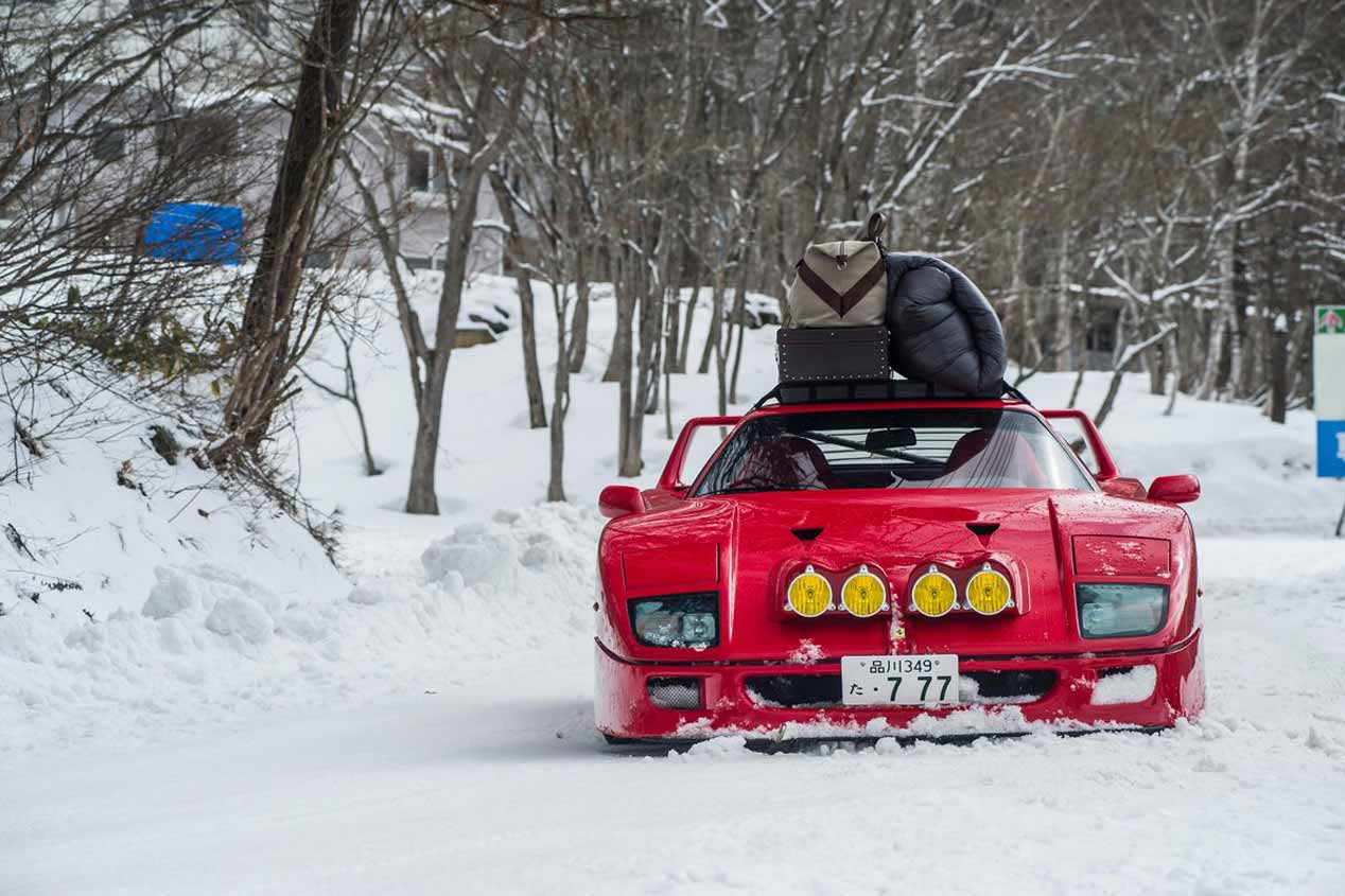 Una excursión a la nieve con el Ferrari F40