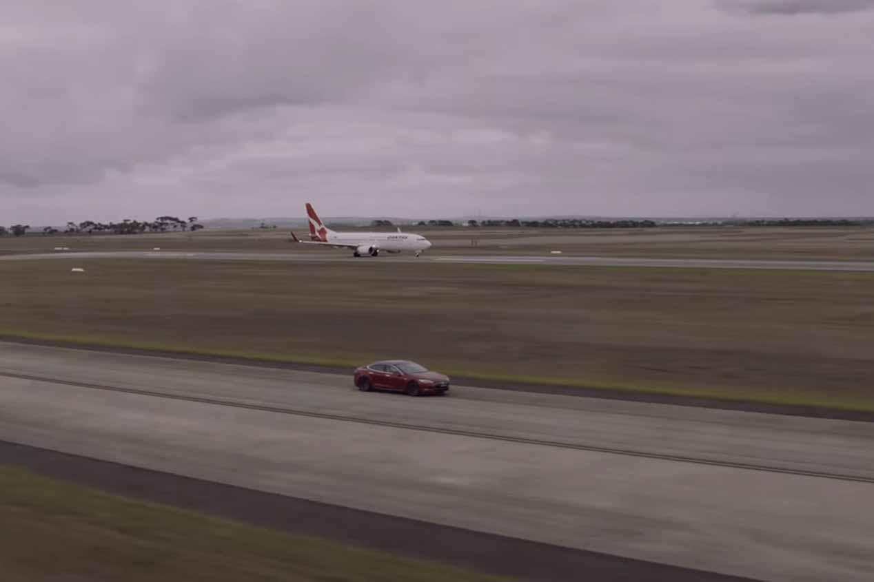 Un avión Boeing 737-800 frente a un Tesla Model S