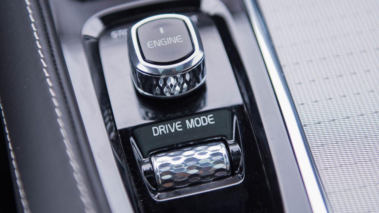 Volvo recarga el XC90 híbrido con el asfalto